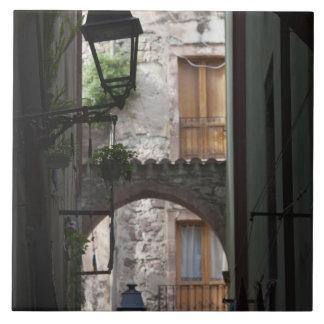 イタリア、サルジニア、Bosa。 通りの細部 タイル