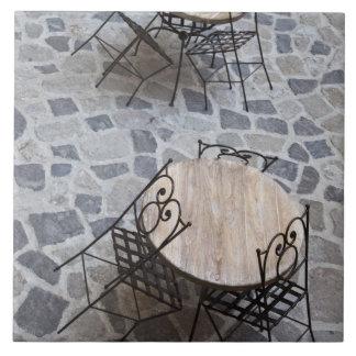 イタリア、サルジニア、Castelsardo。 カフェのテーブル タイル