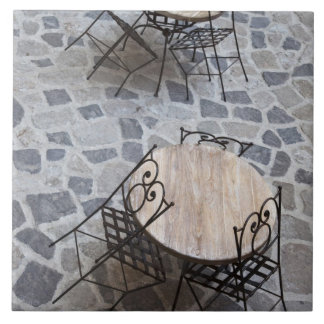 イタリア、サルジニア、Castelsardo。 カフェのテーブル 正方形タイル大