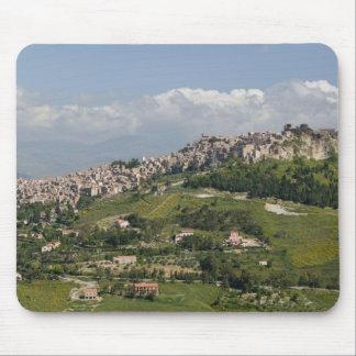イタリア、シシリー、エンナ、Calascibetta、朝の眺め マウスパッド