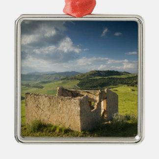 イタリア、シシリー、エンナ、Pergusaの古い農家 メタルオーナメント