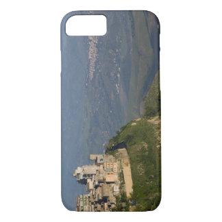 イタリア、シシリー、エンナ、Roccaのディディミアムからの町の眺め iPhone 8/7ケース