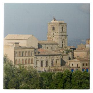 イタリア、シシリー、エンナ、Roccaのディディミアム2からの町の眺め タイル