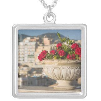 イタリア、シシリー、終点Imerese、眺め及び花 シルバープレートネックレス