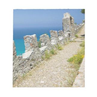 イタリア、シシリー、CefaluのCliffsideの通路、La ノートパッド