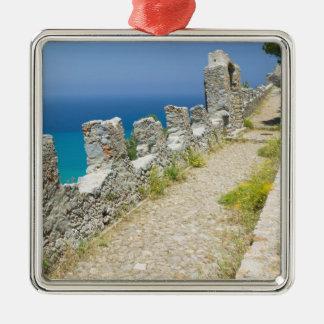 イタリア、シシリー、CefaluのCliffsideの通路、La メタルオーナメント