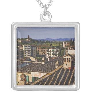 イタリア、タスカニー、シエナ。 都市の屋上の眺め シルバープレートネックレス
