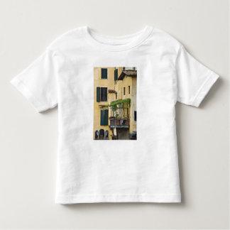 イタリア、タスカニー、フィレンツェ。 バルコニー トドラーTシャツ