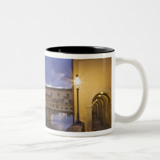 イタリア、タスカニー、フィレンツェ。 Ponte Vecchio ツートーンマグカップ