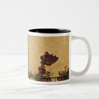 イタリア、タスカニー、ルッカ。 と飾られるバルコニー ツートーンマグカップ