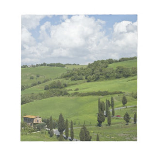 イタリア、タスカニー。 La Foce。 曲げられた道は終わります ノートパッド