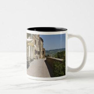 イタリア、タスカニー、Pienza。 外の通路 ツートーンマグカップ