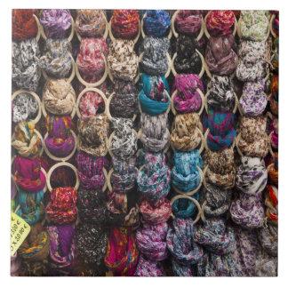 イタリア、フィレンツェのカラフルなスカーフの外側の店 正方形タイル大