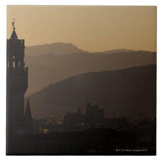 イタリア、フィレンツェの薄暗がりの都市のタワー タイル