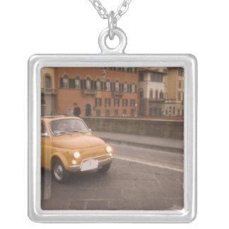 イタリア、フィレンツェ。 フィアット800の再結集の十字アルノ シルバープレートネックレス