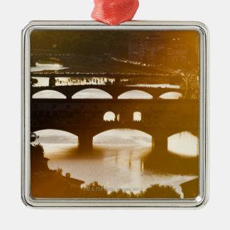 イタリア、フィレンツェ、Ponte VecchioおよびRiver Arnoの メタルオーナメント