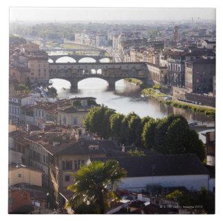 イタリア、フィレンツェ、Ponte VecchioおよびRiver Arno タイル