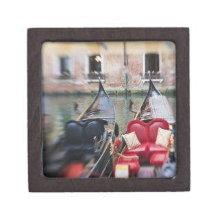 イタリア、ベニスの2のゴンドラの選択的な焦点 ギフトボックス