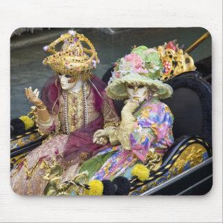 イタリア、ベニス。 コスチュームでのための服を着るカップル マウスパッド