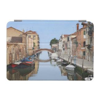 イタリア、ベニス。 1に沿うボートそして家の眺め iPad MINIカバー