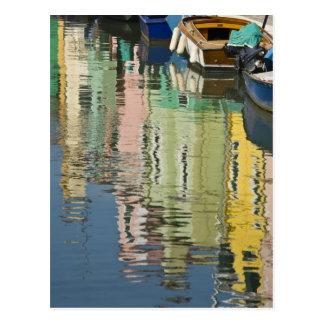 イタリア、ベニス、Burano。 多彩の家 ポストカード