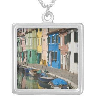 イタリア、ベニス、Burano。 2に沿う多彩の家 シルバープレートネックレス
