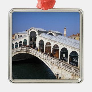 イタリア、ベネト、ベニスのRialto橋交差 メタルオーナメント