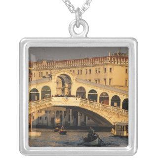 イタリア、ベネト、ベニス、グランデ運河およびRialto シルバープレートネックレス