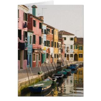 イタリア、Burano。 ラインaのカラフルな家 カード