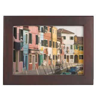 イタリア、Burano。 ラインaのカラフルな家 ジュエリーボックス