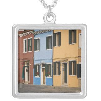 イタリア、Burano。 家のカラフルな列は空け、 シルバープレートネックレス