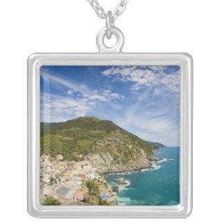イタリア、Cinque Terre、Vernazzaの2の山腹の町 シルバープレートネックレス