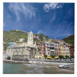 イタリア、Cinque Terre、Vernazza、港および教会2 タイル