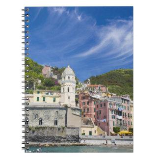 イタリア、Cinque Terre、Vernazza、港および教会 ノートブック