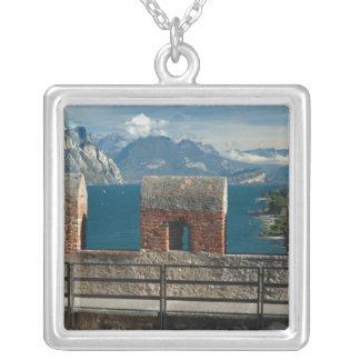 イタリア、Malcesine、湖の城からの眺め シルバープレートネックレス