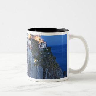 イタリア、Manarola。 山腹の町の薄暗がりの滝 ツートーンマグカップ