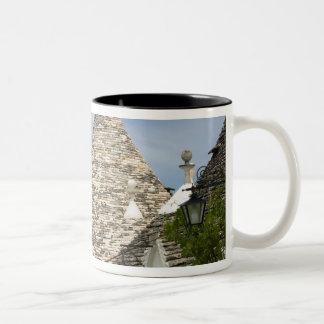 イタリア、Puglia、Alberobelloの大地のdei Trulli、 ツートーンマグカップ