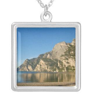 イタリア、Riva del Gardaの湖Gardaの山 シルバープレートネックレス