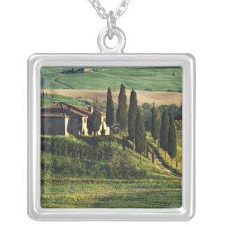 イタリア。 Val d'Orcia.のタスカニーの牧歌的な別荘 シルバープレートネックレス