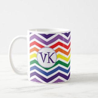 イニシャルが付いているシェブロンの虹のコーヒー・マグ コーヒーマグカップ