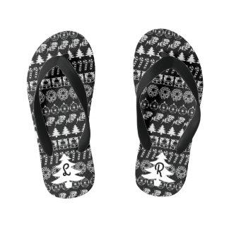 イニシャルの-白くか黒いクリスマスのおもしろいのフォントパターン キッズビーチサンダル