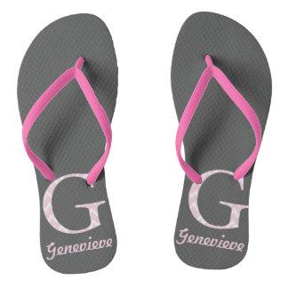"""イニシャル""""G""""の名前入りな灰色およびピンクのフリップフロップ ビーチサンダル"""