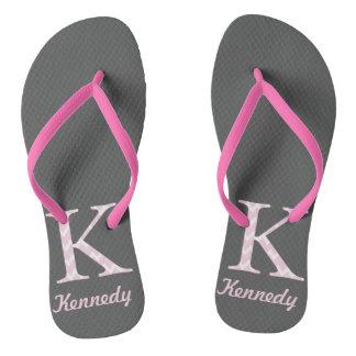 """イニシャル""""K""""の名前入りな灰色およびピンクのフリップフロップ ビーチサンダル"""