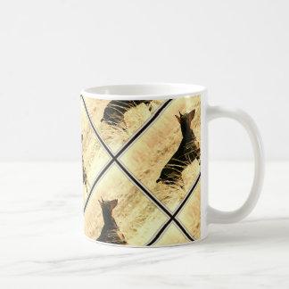 イメージを絵を描いている乾燥したリードのドーベルマン犬 コーヒーマグカップ