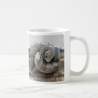 イルカおよびカワウソのガーゴイルのマグ コーヒーマグカップ