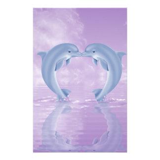 イルカの恋人のギフトの紫色の背景 便箋