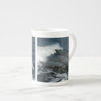 イルカの絵画の跳躍 ボーンチャイナカップ