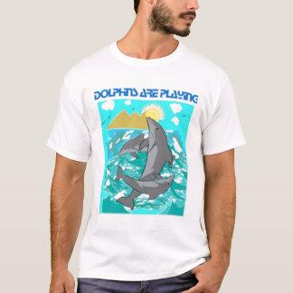イルカは-水生生命及び魚遊んでいます Tシャツ