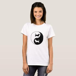 インおよびヤンのバセットハウンド Tシャツ