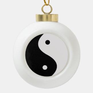 インおよびヤンの黒い及びホワイトクリスマスの木のオーナメント セラミックボールオーナメント